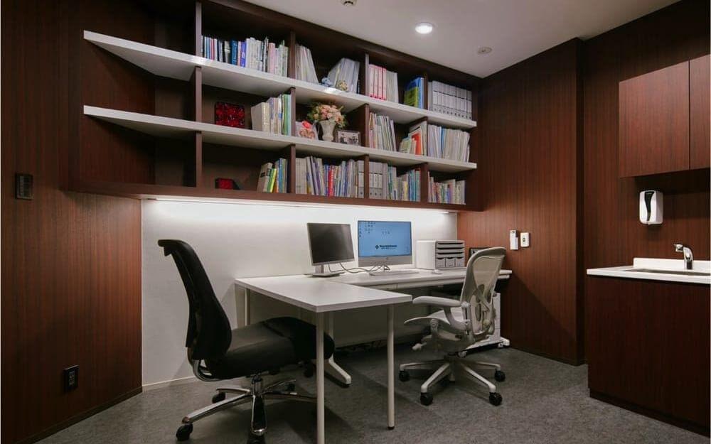 茶色を基調とし、机と椅子があるグロウクリニック麻布十番院のカウンセリングルーム