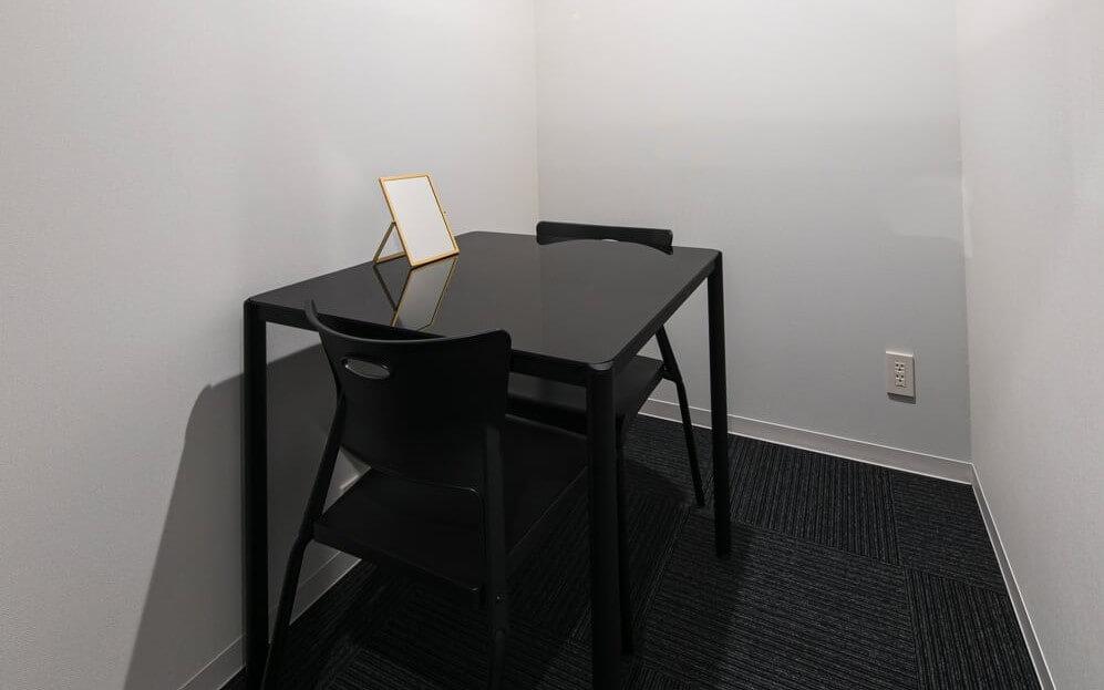白を基調とし、真ん中に椅子と机があるグロウクリニック恵比寿院のカウンセリングルーム