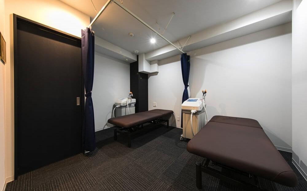 広く清潔な施術ベットと脱毛器があるグロウクリニック恵比寿院の施術ルーム