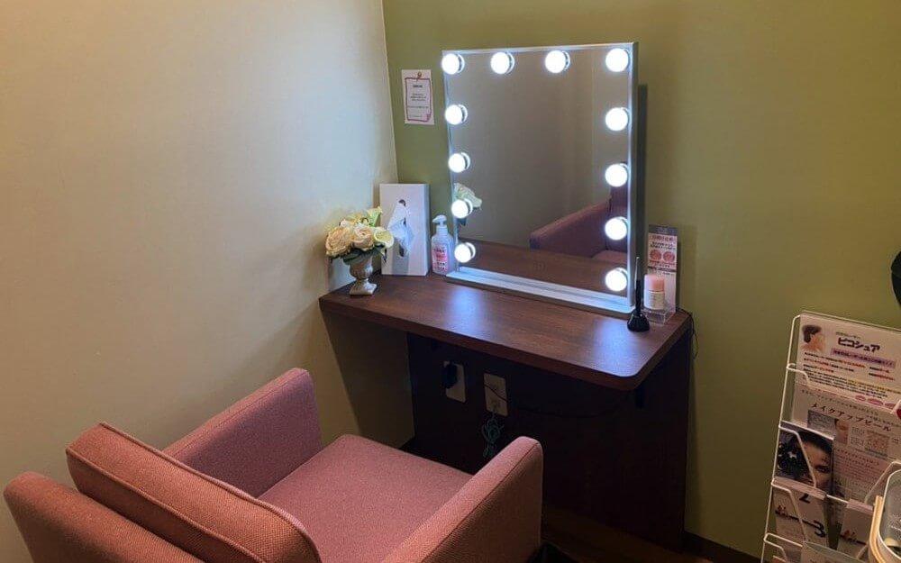 椅子と机とライトとティッシュがあるグロウクリニック銀座五丁目院のパウダールーム