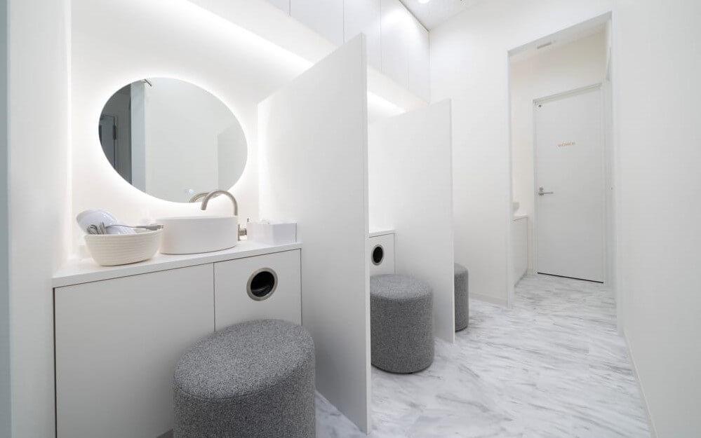 白を基調とし、洗面台と鏡とドライヤーがあるグロウクリニック池袋院のパウダースペース