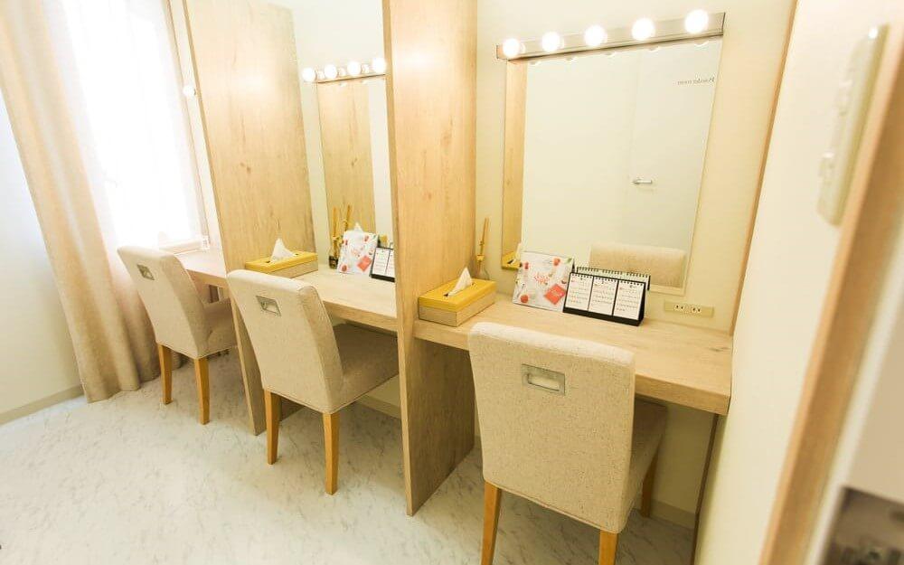 鏡と机と椅子とティッシュがあるグロウクリニック柏院のパウダースペース