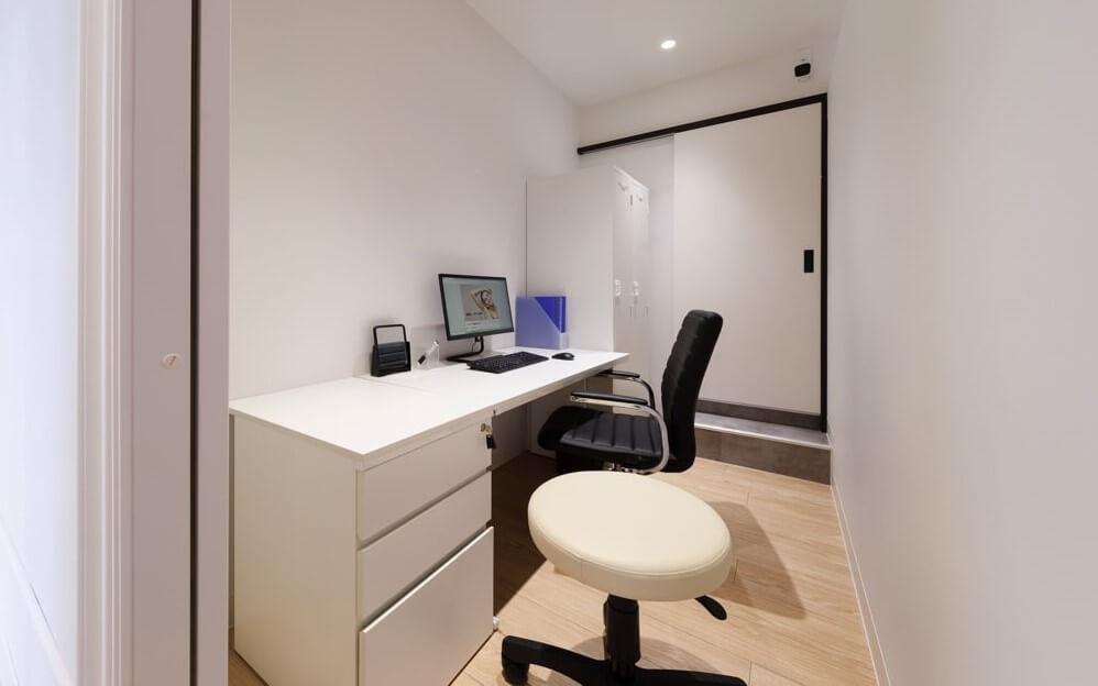 白を基調とし、椅子と机があるグロウクリニック錦糸町院のカウンセリングルーム