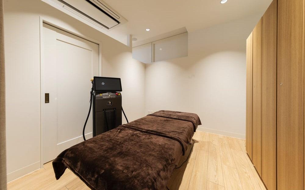 肌心地のよい施術ベットと脱毛器があるグロウクリニック錦糸町院の施術ルーム