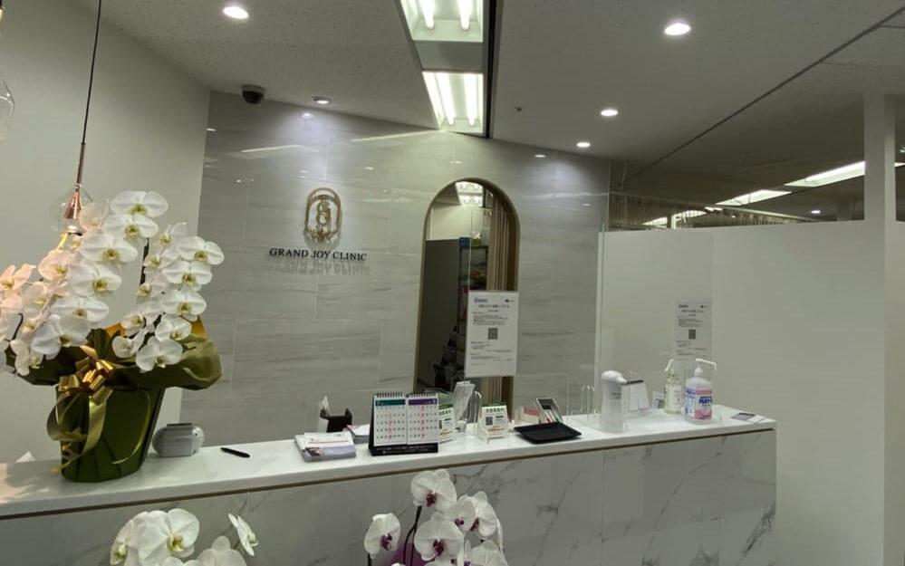 白を基調とした、清潔感のあるグロウクリニック大阪北新地院の受付
