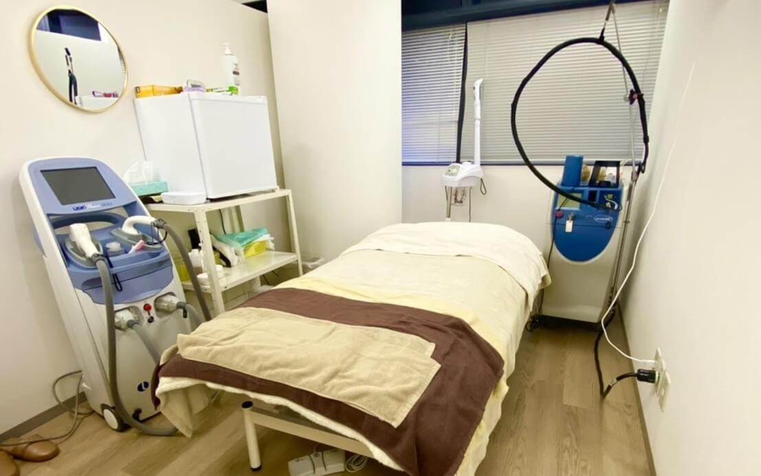 施術ベットと脱毛器がある施術ルームも兼ねたグロウクリニック大阪北新地院のカウンセリングルーム