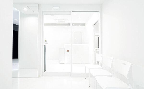 白を基調とした明るいグロウクリニック渋谷院のエントランス