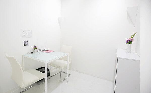 白を基調とし、真ん中に椅子と机がある広々としたグロウクリニック渋谷院のカウンセリングルーム