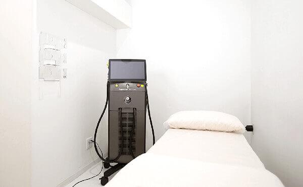 白を基調とし、施術ベットと「ソプラノチタニウム」という蓄熱式の脱毛器があるグロウクリニック渋谷院の施術ルーム