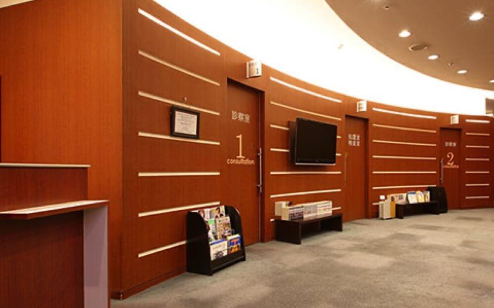 茶色を基調とした広々としたスペースのグロウクリニック渋谷新南口院の受付と待合室
