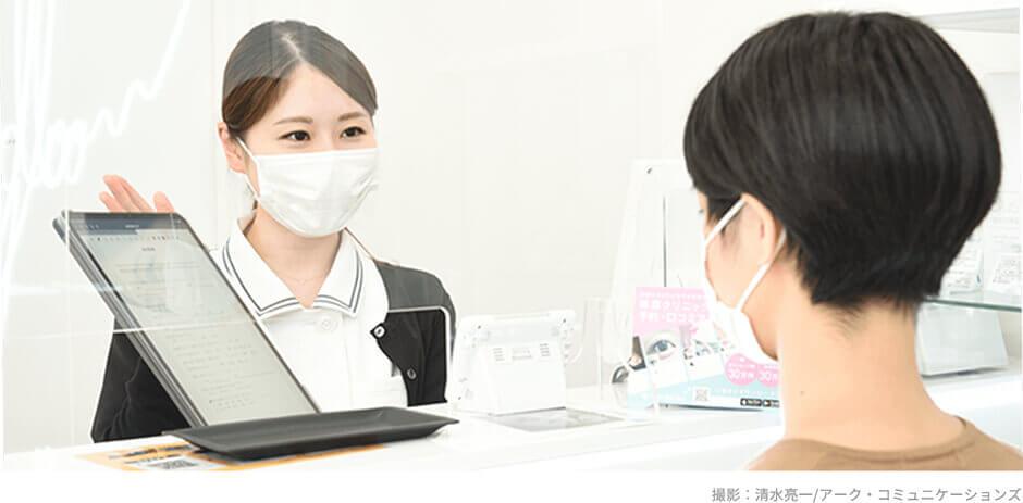 グロウクリニックの女性カウンセラーが患者様をご案内する風景