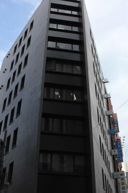 JR・東京メトロ・都営地下鉄・小田急・京王線新宿駅西口から徒歩5分の「加賀谷ビル」7階にあるグロウクリニック西新宿院の外観