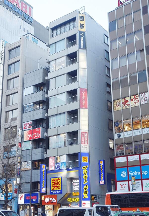JR新宿駅南口から徒歩3分の西新宿ユニオンビル9階にあるグロウクリニック新宿院の外観