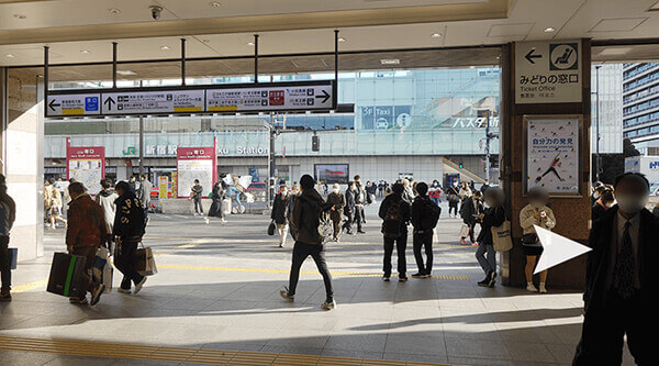 JR新宿駅の南口改札を出て、正面に「バスタ新宿」が見える南口