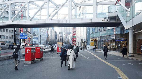 JR新宿駅の南口を出た右手にあるゆるやかな坂
