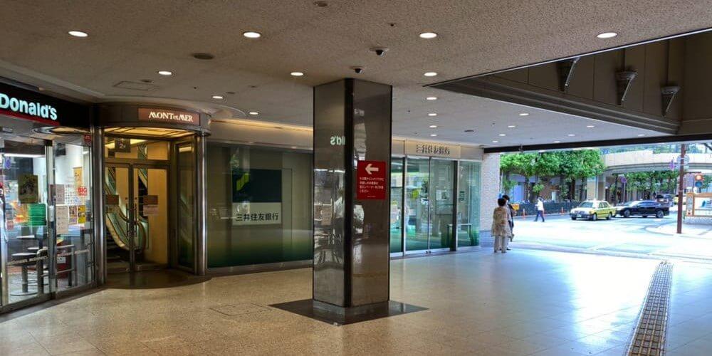 階段を下りた真正面にある「マクドナルド」と「三井住友銀行」