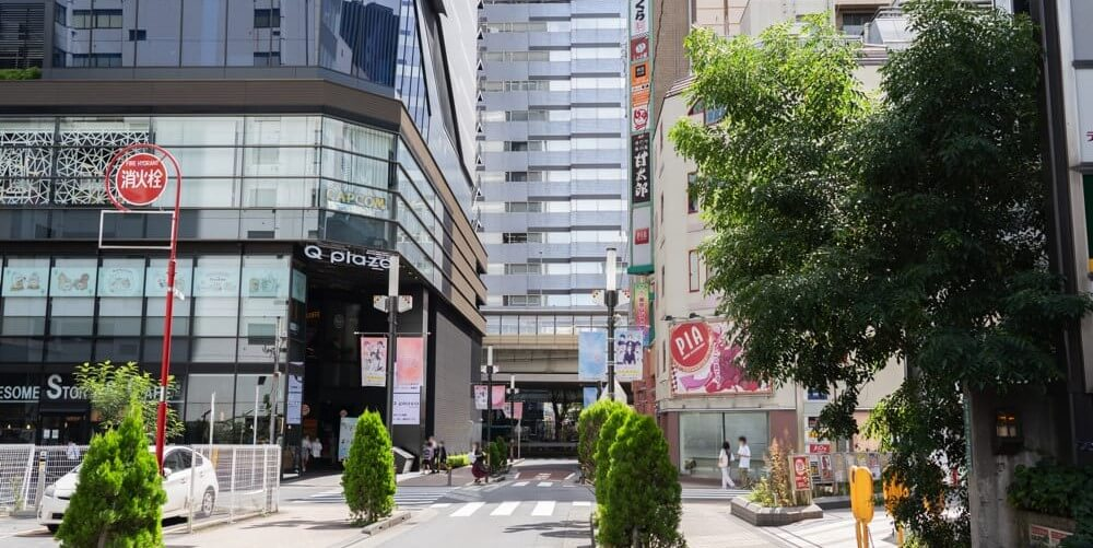 左手に「Q plaza」の建物が見える道