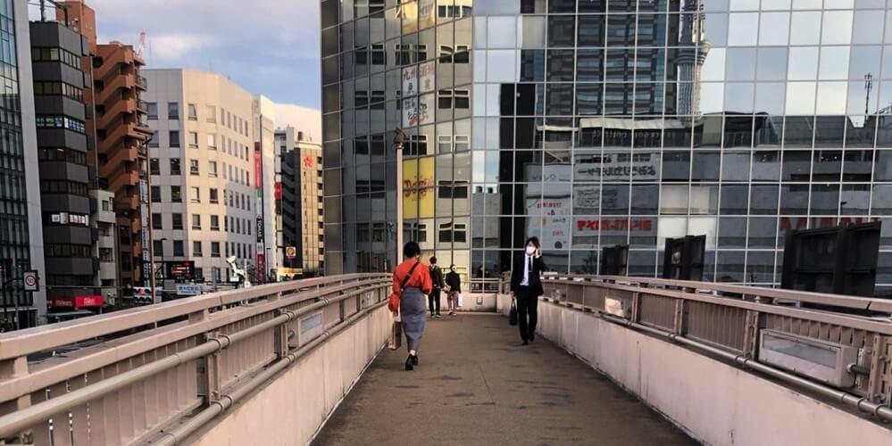 右手のビルに向かう歩道橋の道