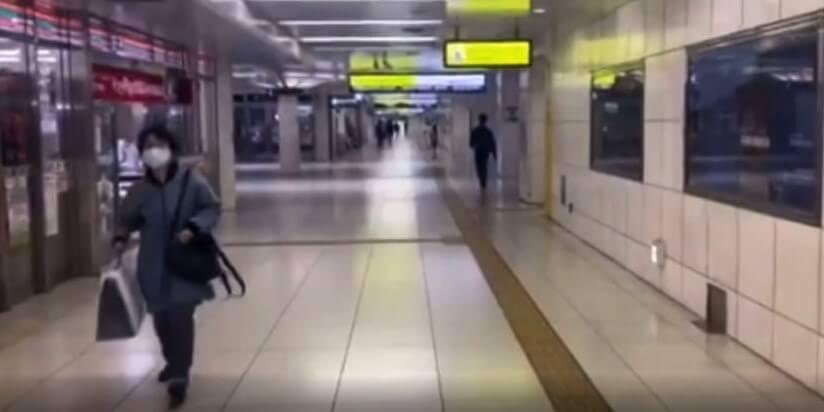 JR北新地駅内のセブンイレブンが右手にみえる道