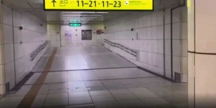 JR北新地駅の内の看板の「11-21」に導かれる道