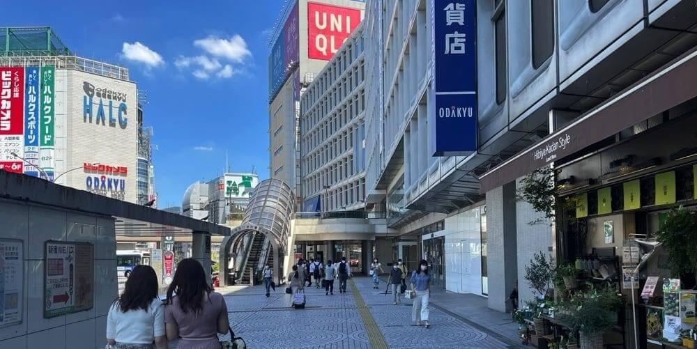 「小田急百貨店」を右手に「UNIQLO」方面へ続く道