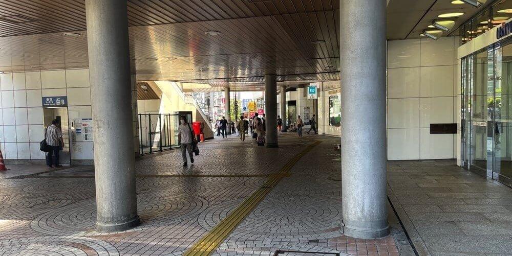 歩道橋下の道