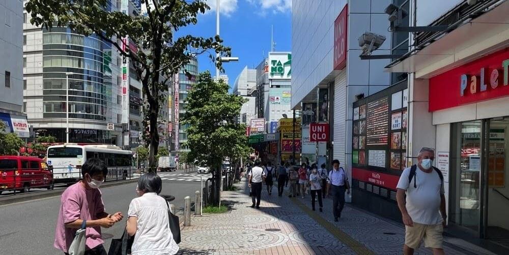 新宿大ガード方面へ続く道