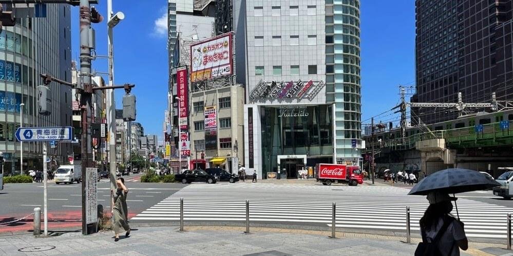 新宿大ガード横の大きな交差点にある横断歩道