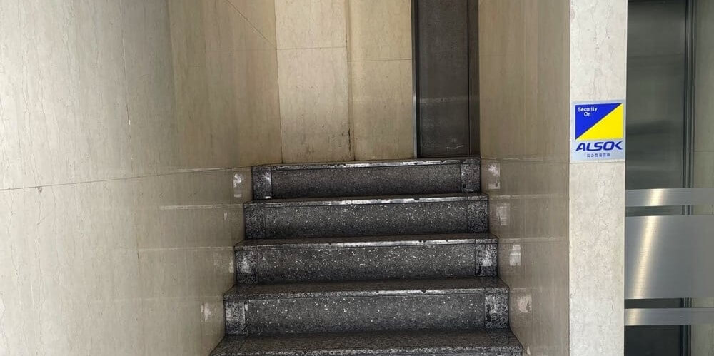 「加賀谷ビル」の階段とその先にあるエレベーター