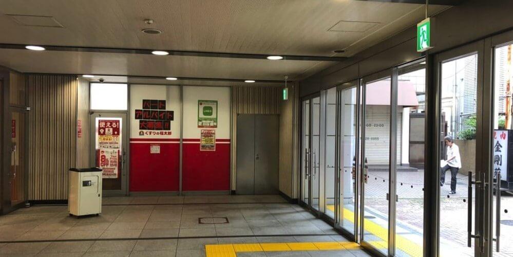 京成線京成船橋駅のガラス張りの出入口