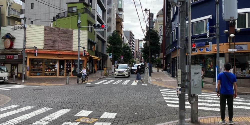 横断歩道を渡り直進した先にある十字路
